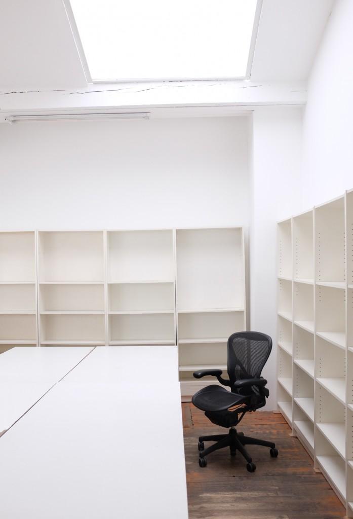 bureaux partager dans open space tres lumineux. Black Bedroom Furniture Sets. Home Design Ideas